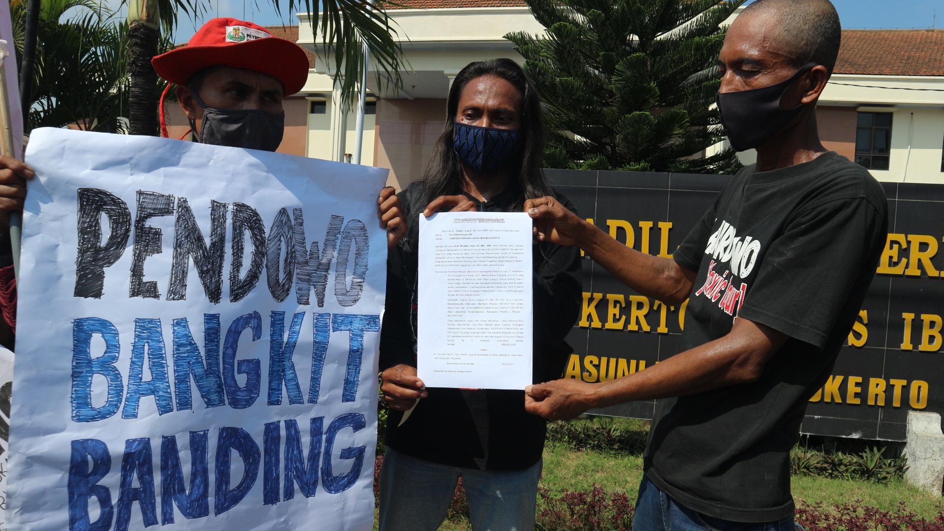 Foto : masyarakat pendowo tunjukan pernyataan banding