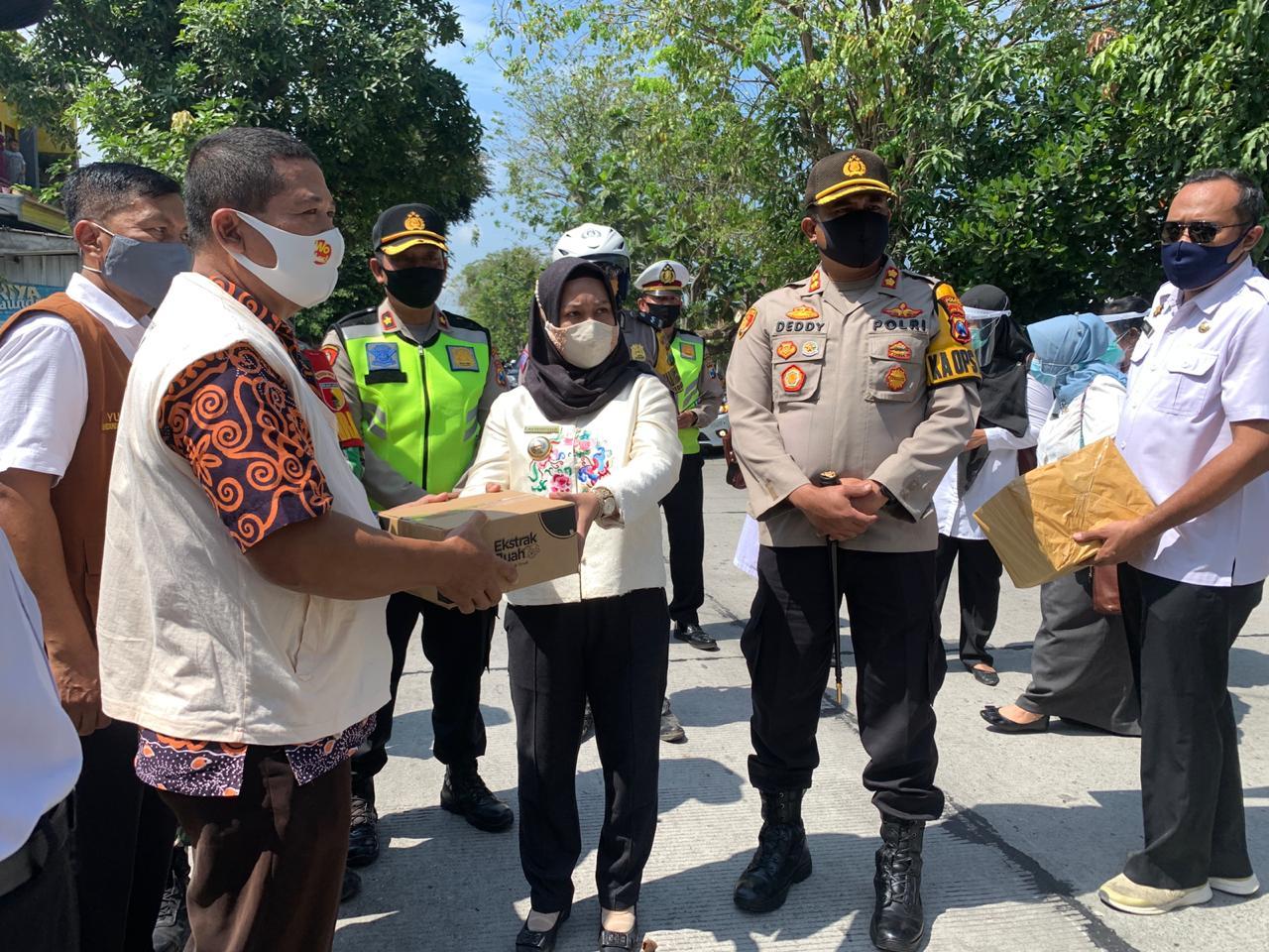 foto : walikota mojokerto didampingi kapolresta mojokerto menyerahkan bantuan