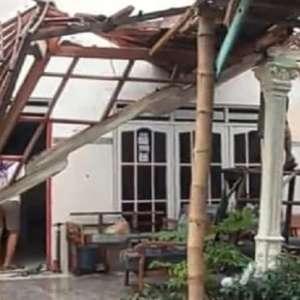 Puting Beliung Porak Porandakan Pohon dan Rumah di Kutorejo