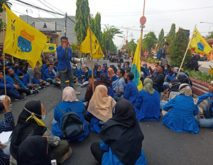 Undang Undang Omnibus Law Disahkan, Mahasiswa Mojokerto Blokir Jalan