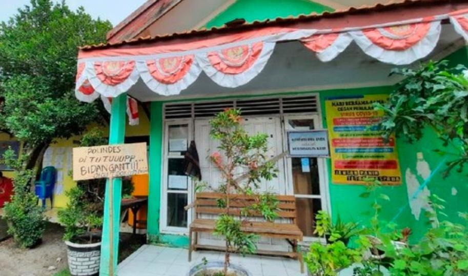 Poskesdes Disegel Warga Pacet Minta Bidan Desa Diganti
