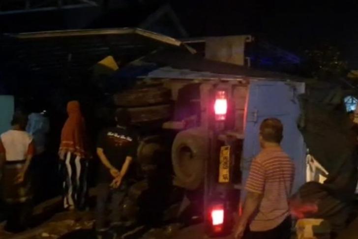 Foto : Truk yang menabrak rumah akibat pecah ban.