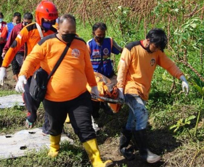 Foto : Petugas saat mengevakuasi mayat dari lokasi ditemukan.