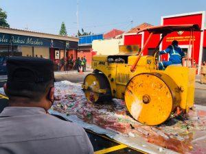 Pemusnahan Ribuan Botol Miras Ilegal, Polresta Mojokerto