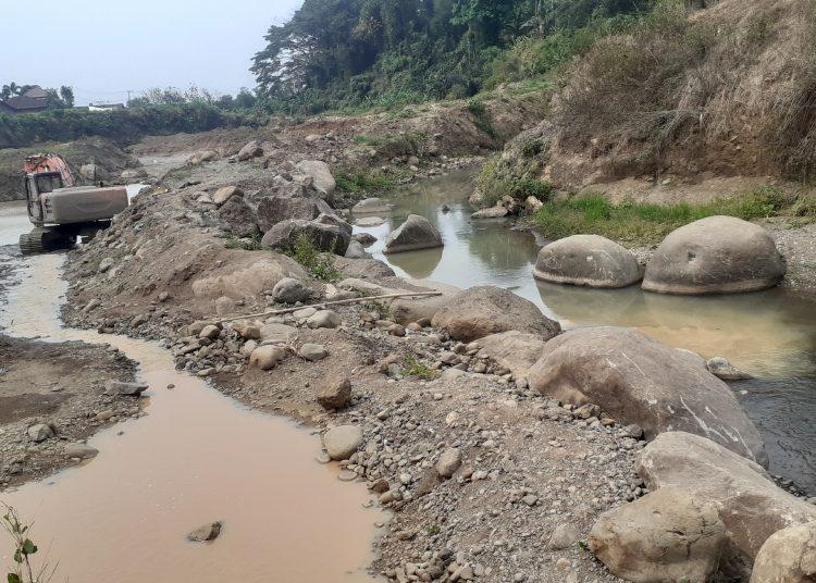Aktivitas Galian C di Sungai Galuh Dusun Dukuh, Desa Jatidukuh, Kecamatan Gondang, Mojokerto pada, Selasa (7/9/2021)