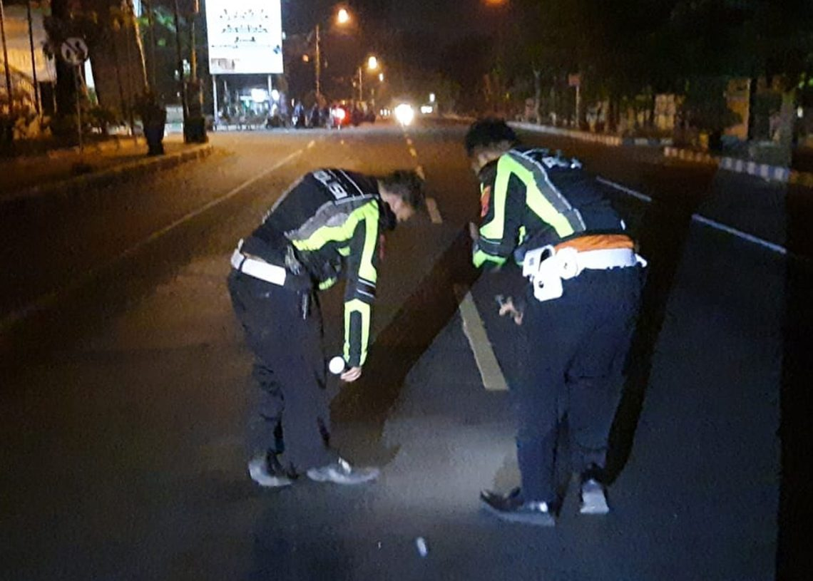 pria tanpa identitas, minibus, tidur di jalan. mojosari