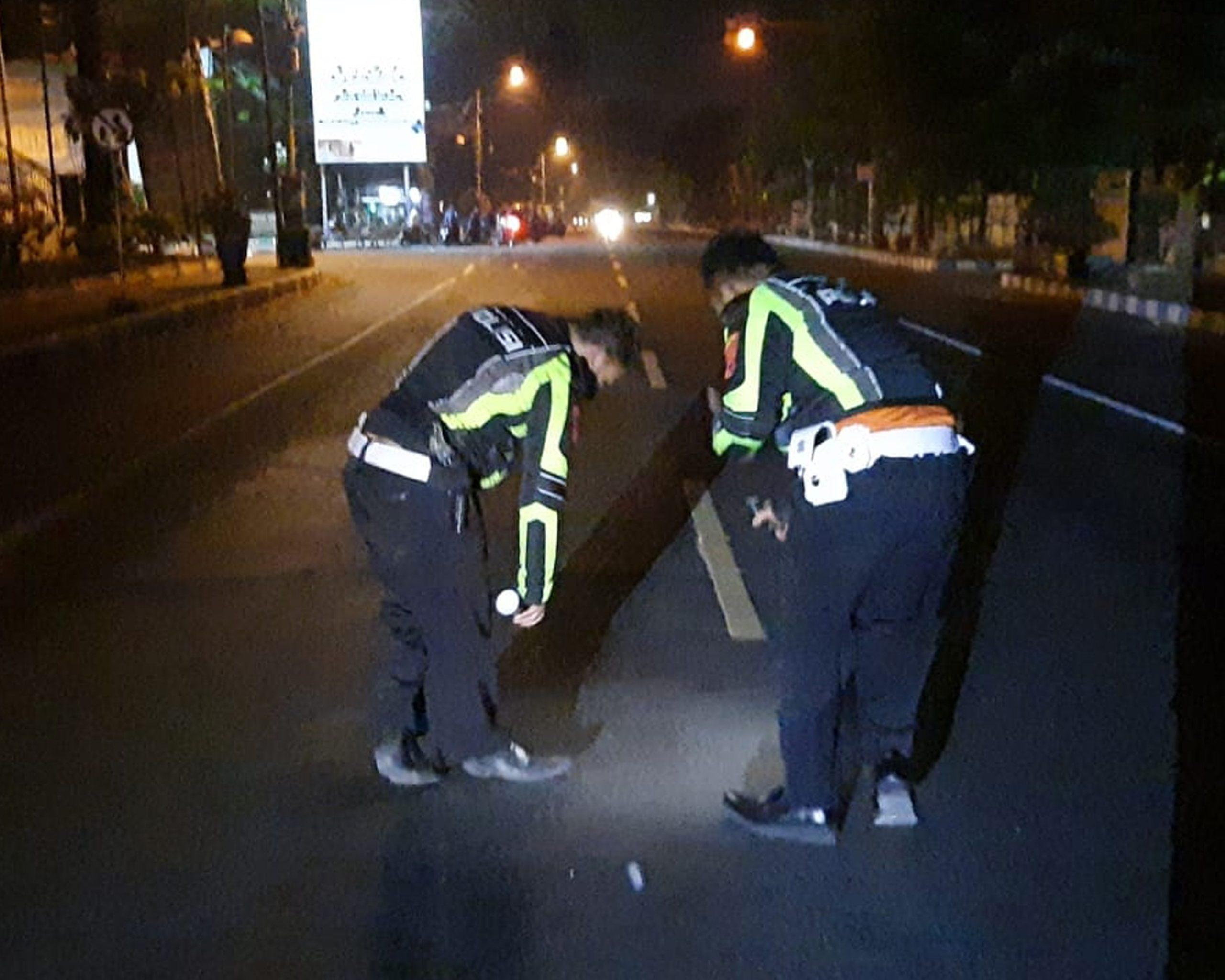 pria Tidak Memiliki identitas, minibus, tidur di tengah jalan. mojosari